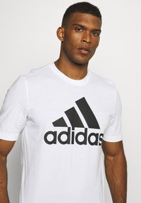 adidas Performance - ESSENTIALS SPORTS SHORT SLEEVE TEE - T-shirt con stampa - white
