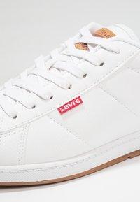 Levi's® - DECLAN MILLSTONE - Tenisky - regular white - 5