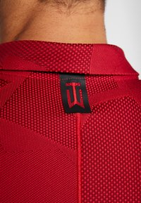 Nike Golf - TIGER WOODS  - Funkční triko - gym red/black - 4