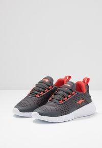 KangaROOS - KF FLEX - Sneakers - steel grey/red - 3