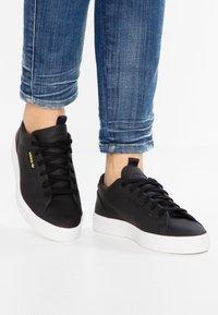 adidas Originals - SLEEK - Sneakers laag - core black/crystal white - 0