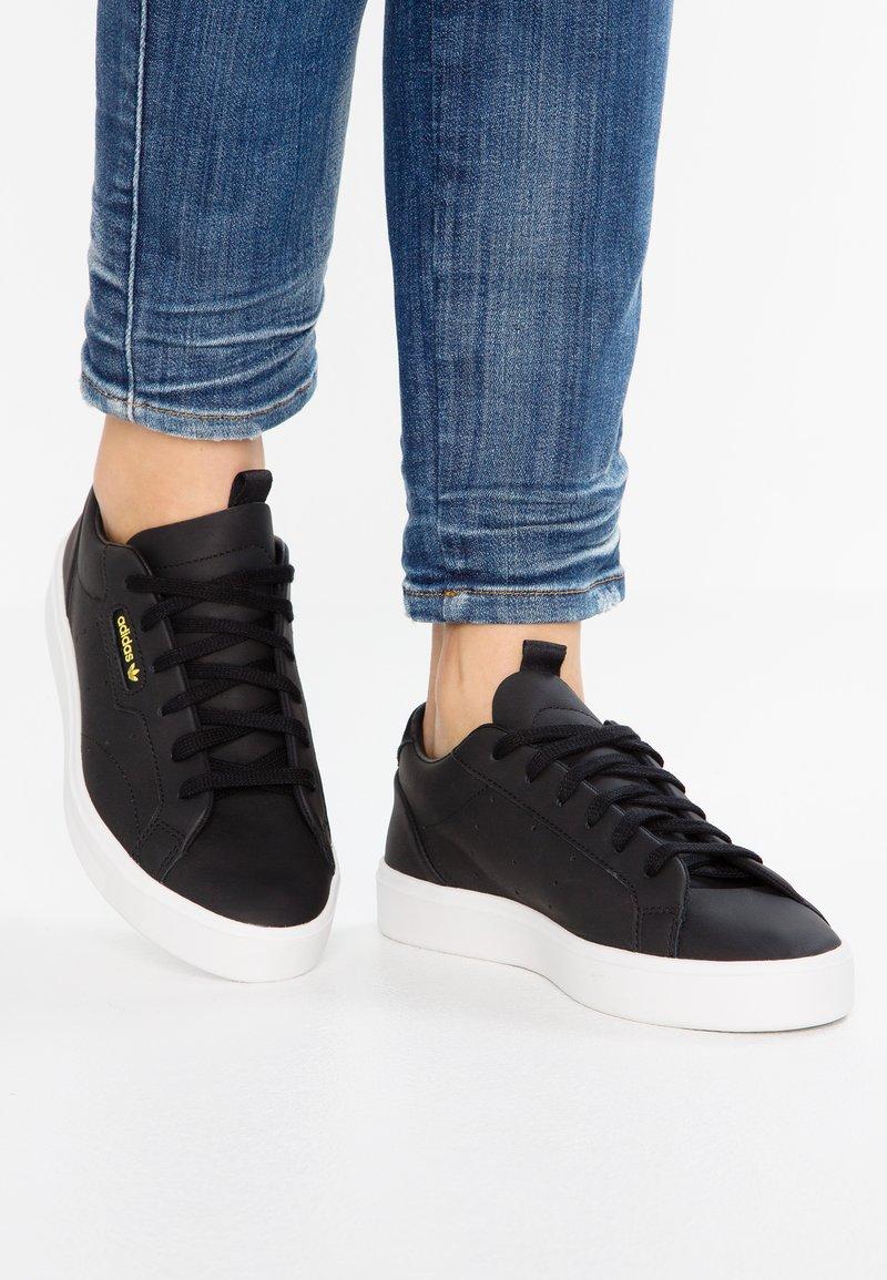 adidas Originals - SLEEK - Sneakers laag - core black/crystal white
