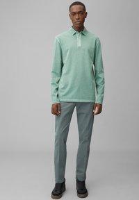 Marc O'Polo - LONG SLEEVE FLATLOCK DETAILS - Polo shirt - green bay - 1