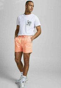 Jack & Jones - JJIJEFF JJJOGGER - Shorts - shell coral - 3