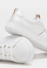 Stradivarius - MIT KUPFERFARBENEN DETAILS - Sneakers laag - white - 4