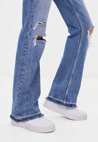 Bershka - MIT ZIERRISSEN - Jeans a zampa - blue - 3