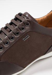 BOSS - PRIMACY - Sneakersy niskie - dark brown - 5