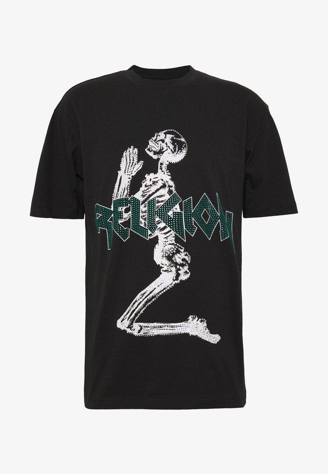 PLATINUM TEE - Camiseta estampada - black/green