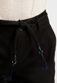ONLY - ONLEVELYN ANKLE PANT  - Chinos - black - 5