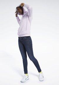 Reebok Classic - CLASSICS VECTOR HOODIE - Bluza z kapturem - pixel pink - 1