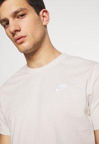 Nike Sportswear - CLUB TEE - T-shirt - bas - light bone/(white) - 3