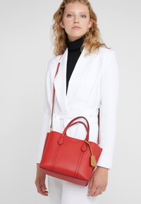 Tory Burch - PERRY SMALL TRIPLE COMPARTMENT TOTE - Borsa a mano - brilliant red - 1