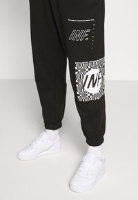 Missguided Petite - GRAPHIC - Tracksuit bottoms - black - 5