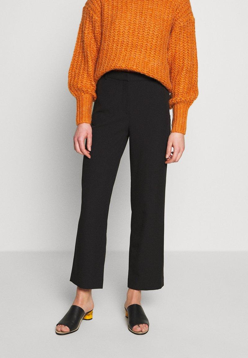 Modström - KENDRICK CROPPED PANTS - Trousers - black