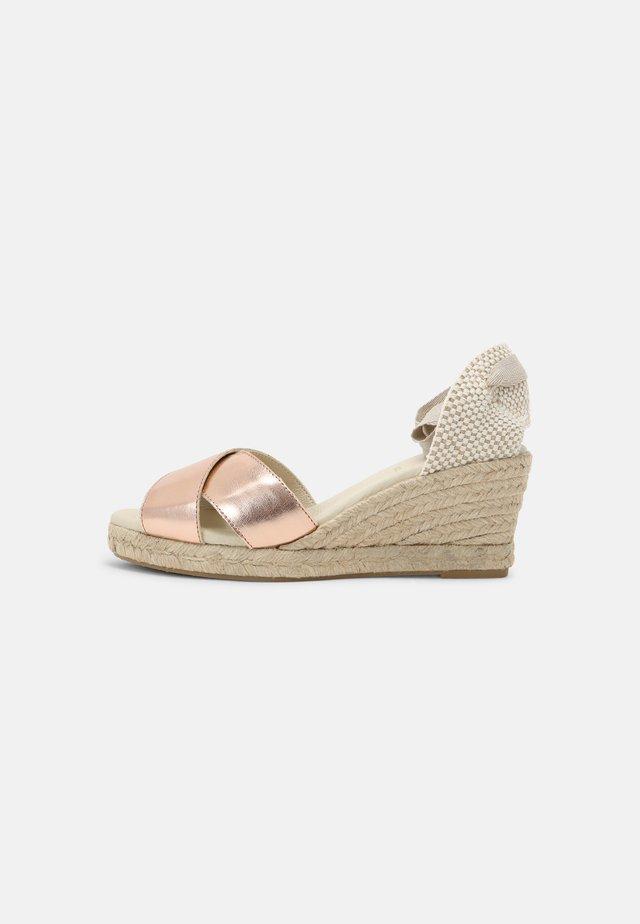 LIDORA - Sandály na platformě - poudre