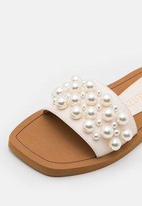 Stuart Weitzman - GOLDIE SLIDE - Pantofle - seashell - 5