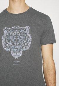 CLOSURE London - RIVAL TEE - T-shirt imprimé - anthrazit - 4
