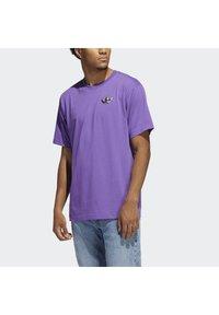 adidas Originals - STILL LIFE SUMMER SHORT SLEEVE T-SHIRT - T-shirt med print - purple - 3
