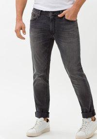 BRAX - STYLE CHUCK - Jean slim - stone grey used - 0