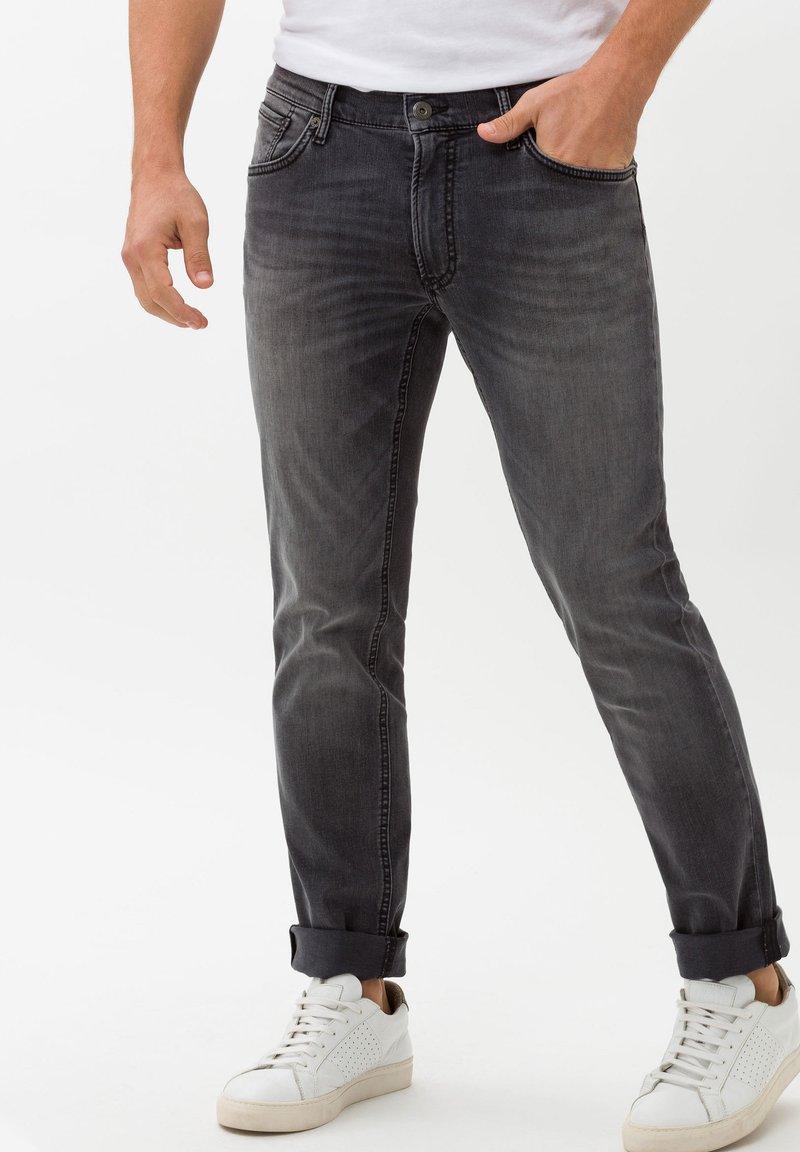 BRAX - STYLE CHUCK - Jean slim - stone grey used