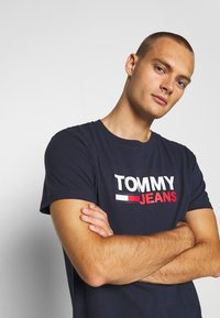 Tommy Jeans - CORP LOGO TEE - T-shirt con stampa - twilight navy - 3