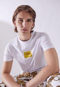 Versace Jeans Couture - Print T-shirt - bianco ottico - 3