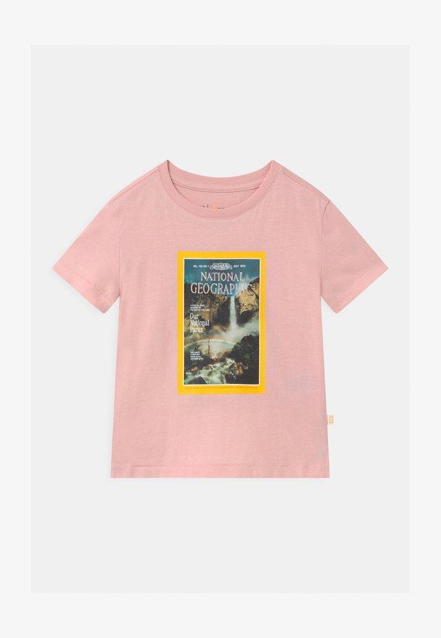 GIRLS NATIONAL GEOGRAPHIC - T-shirt z nadrukiem - misty rose