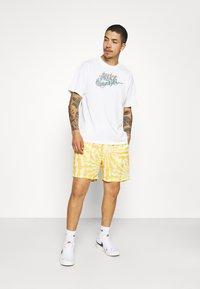 Vintage Supply - WITH RETRO SUN RAYS PRINT UNISEX - Shorts - yellow - 1