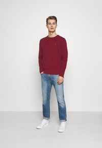 Tommy Hilfiger - CREW NECK - Neule - rouge - 1