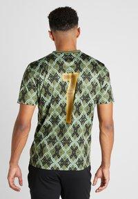 Puma - MOSCOW - T-shirt med print - capulet olive - 2
