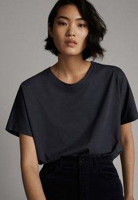 Massimo Dutti - Basic T-shirt - dark blue - 3