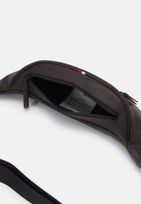 Tommy Hilfiger - ESSENTIAL CROSSBODY UNISEX - Bum bag - brown - 2