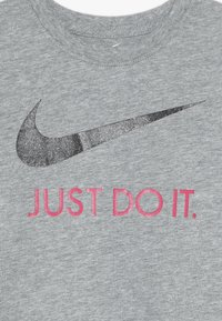 Nike Sportswear - TEE - Camiseta estampada - dark grey heather - 3