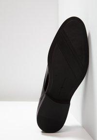 Tommy Hilfiger - ESSENTIAL LACE UP - Zapatos con cordones - black - 4
