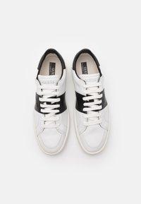 Guess - VERONA STRIPE  - Baskets basses - white/black - 3