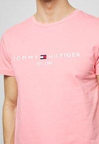 Tommy Hilfiger - LOGO TEE - Triko spotiskem - pink - 5