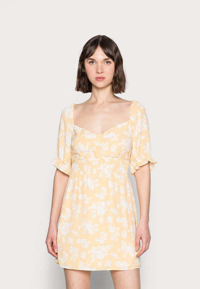 SMOCKED WAIST PAMI SHORT DRESS - Korte jurk - yellow