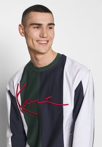 Karl Kani - SIGNATURE STRIPE LONGSLEEVE - Long sleeved top - green/white/navy/red - 3