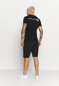 Calvin Klein Jeans - INSTIT POP LOGO SLIM TEE - T-shirt imprimé - black - 2