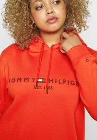Tommy Hilfiger Curve - HOODIE - Hoodie - oxidized orange - 4