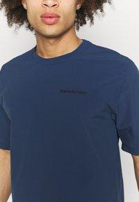 Peak Performance - TECH DRY TEE - Basic T-shirt - stone veil - 4
