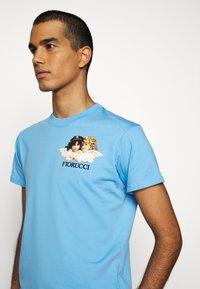 Fiorucci - NEW ANGELS TEE  - Print T-shirt - light blue - 5