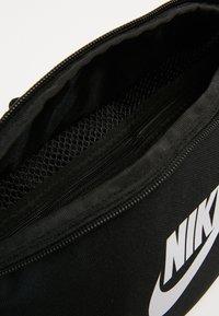 Nike Sportswear - HERITAGE UNISEX - Sac banane - black/white - 6