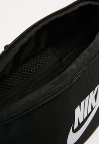 Nike Sportswear - HERITAGE UNISEX - Rumpetaske - black/white - 6