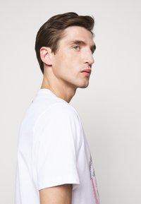 Michael Kors - TARGET TEE - Print T-shirt - white - 3
