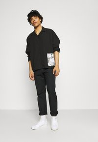 NU-IN - GALLUCKS X NU IN COLLECTION FRONT PRINT OPEN COLLAR - Camicia - black - 1