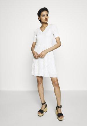 DRESS - Pletené šaty - white