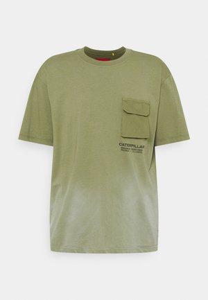 WORKWEAR POCKET TEE - T-shirt z nadrukiem - green