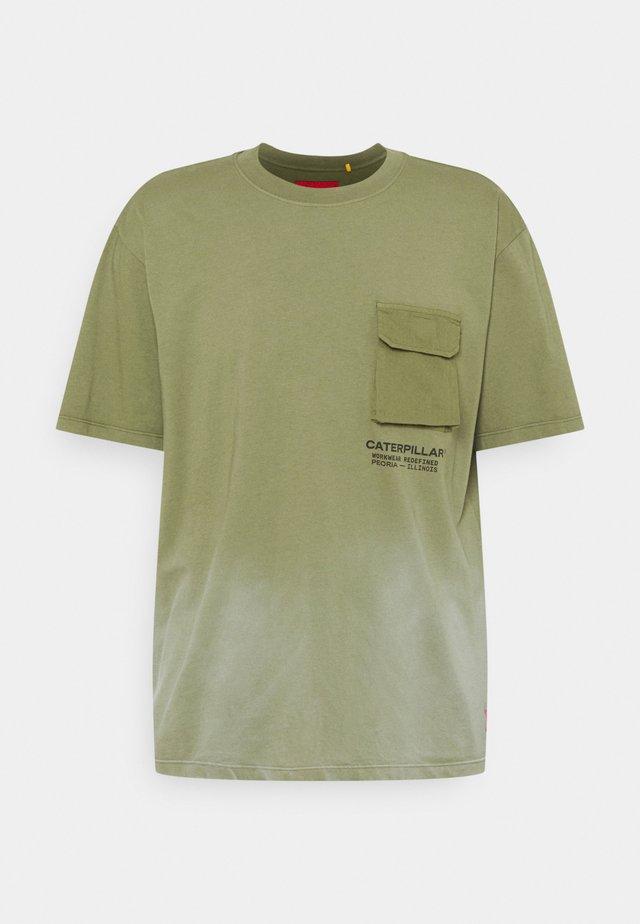WORKWEAR POCKET TEE - T-shirt med print - green