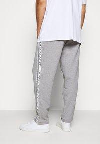 GANT - STRIPES PANTS - Pantaloni sportivi - grey melange - 3
